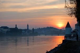 ドイツ パッサウ 夕日に染まるイン川沿いの景観の写真素材 [FYI00063263]