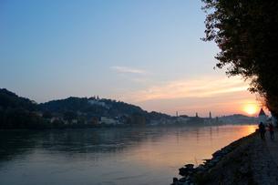 ドイツ パッサウ 夕日に染まるイン川沿いの景観の写真素材 [FYI00063290]