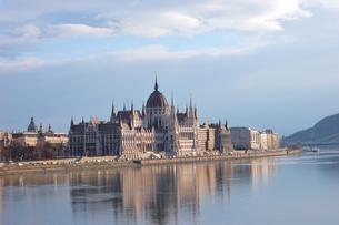 ハンガリー ブダペスト 国会議事堂とドナウ川の写真素材 [FYI00063317]