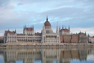 ハンガリー ブダペスト 国会議事堂とドナウ川の写真素材 [FYI00063334]
