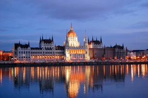 ハンガリー ブダペスト 国会議事堂とドナウ川の写真素材 [FYI00063339]
