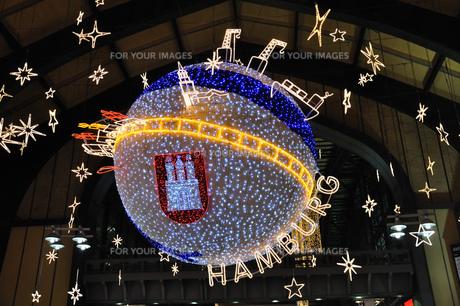 ドイツ ハンブルク中央駅のクリスマスイルミネーションの素材 [FYI00063461]