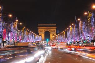 フランス パリ シャンゼリゼ通りのイルミネーションの素材 [FYI00063472]