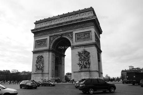フランス パリ 凱旋門 モノクロの素材 [FYI00063486]