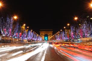 フランス パリ シャンゼリゼ通りのイルミネーションの素材 [FYI00063489]