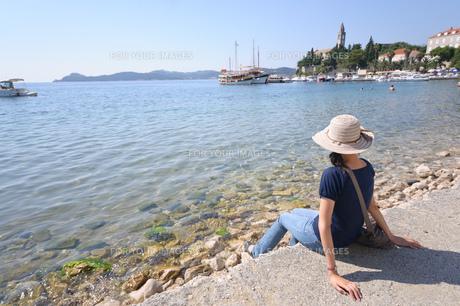 海を眺める女性の素材 [FYI00063667]