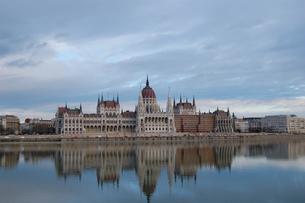 ハンガリー ブダペスト 国会議事堂とドナウ川の写真素材 [FYI00063668]