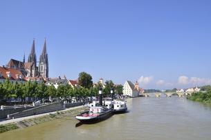 ドイツ レーゲンスブルク ドナウ川と旧市街の町並みの写真素材 [FYI00063853]