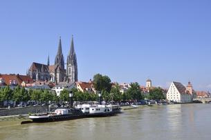ドイツ レーゲンスブルク ドナウ川と旧市街の町並みの写真素材 [FYI00063860]