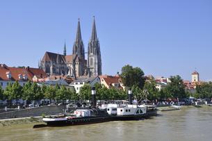 ドイツ レーゲンスブルク ドナウ川と旧市街の町並みの写真素材 [FYI00063862]
