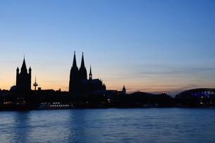 ドイツ 夕暮れ時のケルンの町並みの素材 [FYI00064303]
