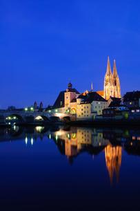 ドイツ レーゲンスブルク旧市街の夜景の素材 [FYI00064461]