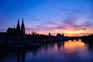 ドイツ 夕暮れ時のレーゲンスブルク旧市街の町並みの素材 [FYI00064466]