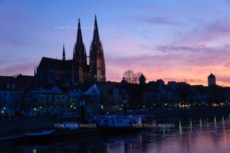 ドイツ 夕暮れ時のレーゲンスブルク旧市街の町並みの素材 [FYI00064473]