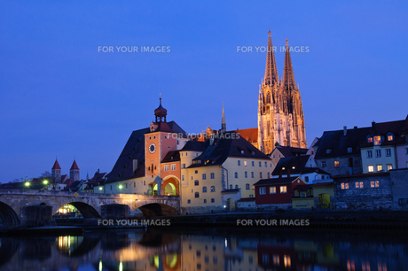 ドイツ レーゲンスブルク旧市街の夜景の素材 [FYI00064485]