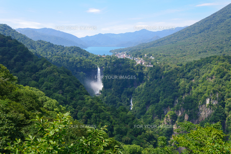 中禅寺湖と華厳の滝の写真素材 [FYI00064818]