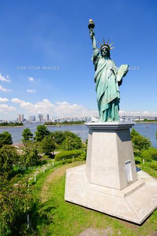 東京 自由の女神像とお台場海浜公園からの眺めの素材 [FYI00064877]
