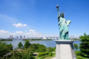 東京 自由の女神像とお台場海浜公園からの眺めの素材 [FYI00064907]