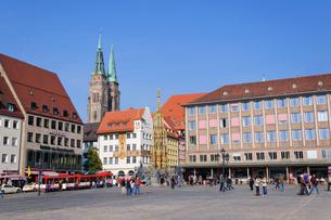 ドイツ ニュルンベルク 聖セバルドゥス教会と美しの泉の素材 [FYI00065013]