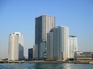 水上バスより豊洲のマンションを望むの写真素材 [FYI00065530]