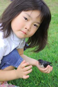 小鳥を持つ子供の素材 [FYI00068247]