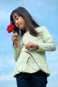 花束を愛でる少女の写真素材 [FYI00068260]