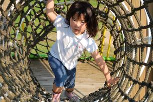 縄トンネルで遊ぶ子供の写真素材 [FYI00068262]