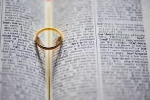 金色の指輪の素材 [FYI00069238]