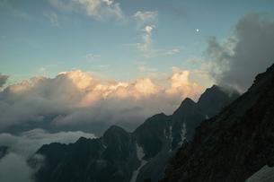 夕焼けの前穂高岳北尾根の写真素材 [FYI00069266]