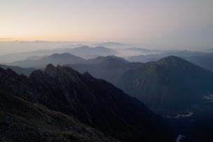 朝の西穂高岳から見た前穂高岳と山並みの写真素材 [FYI00069269]