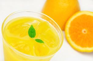 オレンジジュースとオレンジの写真素材 [FYI00069739]
