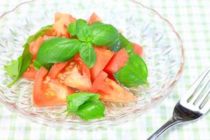 トマトとバジルのサラダの写真素材 [FYI00070203]