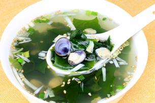 蜆とワカメのスープの写真素材 [FYI00070971]