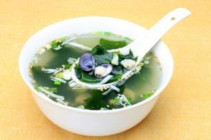 蜆とワカメのスープの写真素材 [FYI00070973]