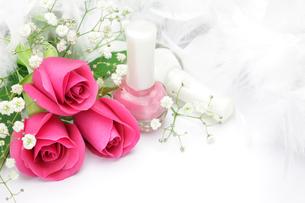 マニキュアとバラの写真素材 [FYI00071871]