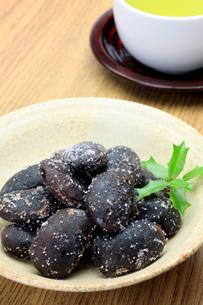 お多福豆と緑茶の写真素材 [FYI00072873]