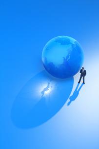 ガラスの地球と悩むビジネスマンの写真素材 [FYI00073181]