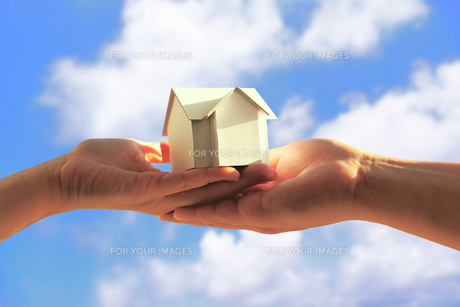 夫婦で持つ家の模型の素材 [FYI00073206]