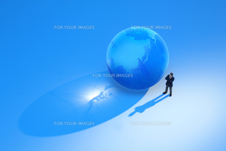 ガラスの地球とビジネスマンの写真素材 [FYI00073212]