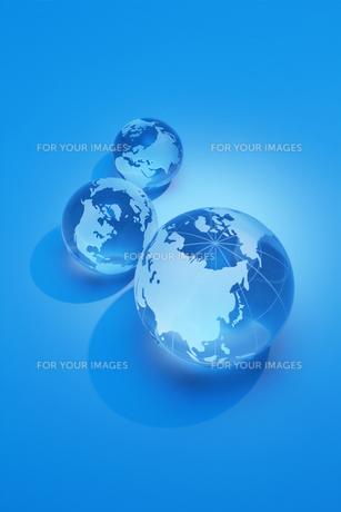 3つ並ぶガラスの地球儀の写真素材 [FYI00073214]