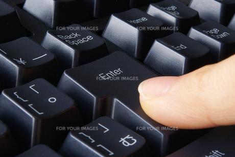 エンターキーを押すの写真素材 [FYI00073223]