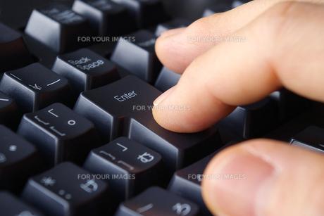 エンターキーを押すの写真素材 [FYI00073228]