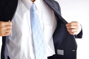 上着を着るビジネスマンの写真素材 [FYI00073229]