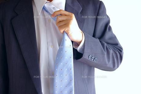 ネクタイを解くビジネスマンの素材 [FYI00073232]