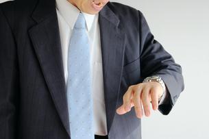 時計を見て驚くビジネスマンの写真素材 [FYI00073233]