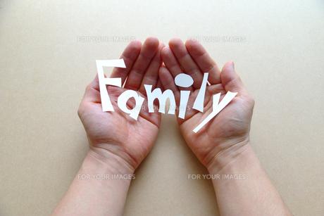両手で文字を持つの写真素材 [FYI00073234]