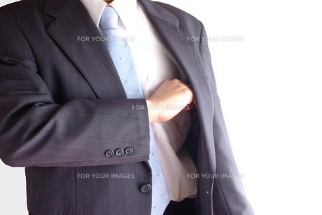 切り札を出すビジネスマンの素材 [FYI00073243]