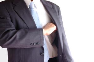 切り札を出すビジネスマンの写真素材 [FYI00073243]