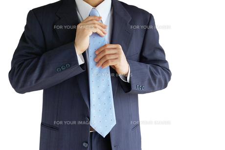 ネクタイを直すビジネスマンの素材 [FYI00073245]