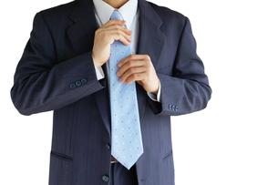 ネクタイを直すビジネスマンの写真素材 [FYI00073245]